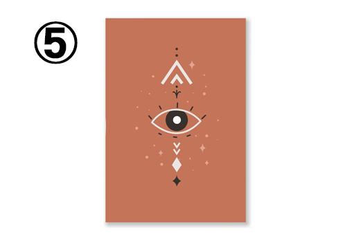 レンガ色地に、幾何学柄と目がデザインされたカード