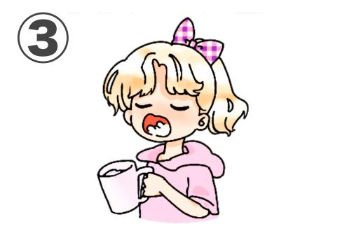 ピンクチェックリボン、オレンジ髪、ピンクパーカー、ピンクコップのうがいをする女の子