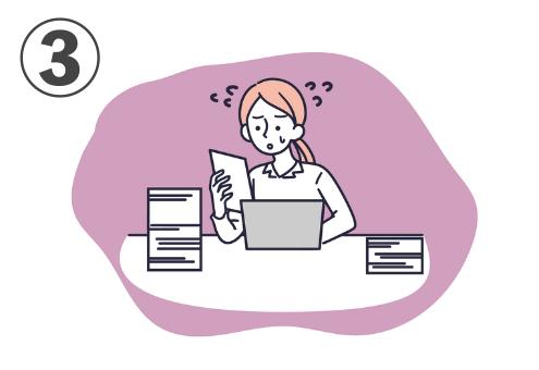 くすんだピンク背景に、パソコンの前で書類の山に焦る人