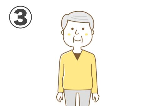 七三分けの白髪、黒いインナーに黄色いVネック、グレーのパンツの小太りなおじ様