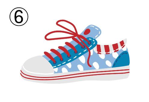 水色と白のドット、赤い靴紐なポップなスニーカー