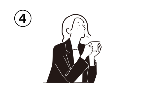 遠くを見て考え事をしながら、両手でティーカップを持ってテーブルに肘をつく女性