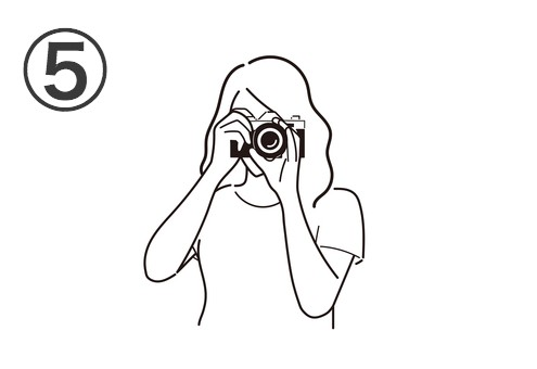 ロングヘアの、白Tシャツを着た女性が構えるカメラ