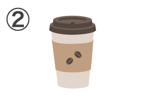 茶色い蓋、白いカップ、コーヒー豆が描かれたベージュのスリーブ