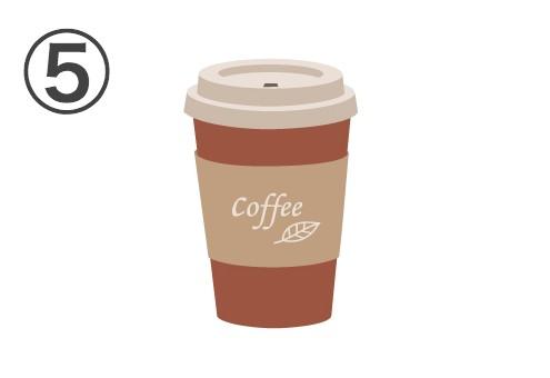 白い蓋、赤いカップ、coffeeと書かれたベージュのスリーブ