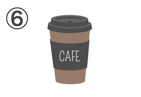 黒い蓋、茶色カップ、cafeと書かれた黒いスリーブ