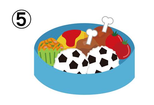 オムレツ、骨付き肉、ナポリタン、トマト、サッカーボール型おにぎりの入った、丸い水色のお弁当箱