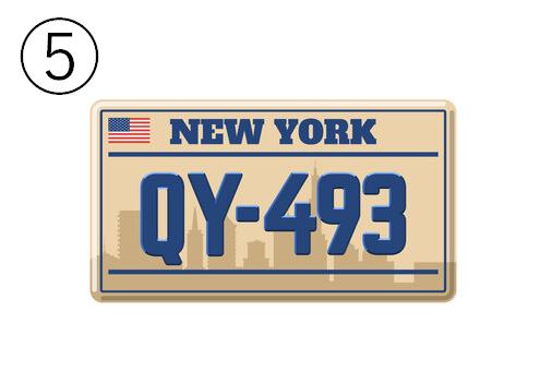 NEWYORK、QY-493と書かれた、背景がビル群のベージュのナンバープレート