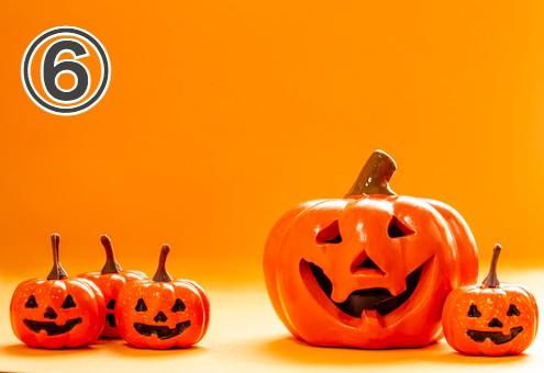オレンジ背景に、ハロウィンかぼちゃが並んだ写真