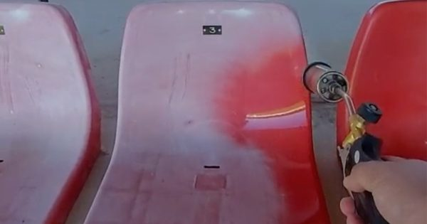 バーナーで椅子を炙ると…。超豪快な「スタジアムのお手入れ動画」に中毒者続出