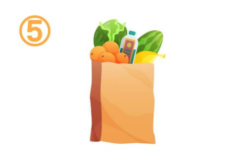 キャベツ、スイカ、オレンジなどが入った買い物袋