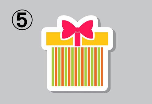 赤、黄緑のストライプ箱、黄色の蓋、赤いリボンのプレゼント