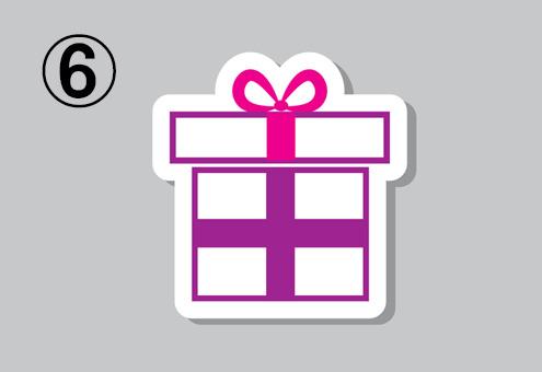 白い箱、紫とピンクのリボンのプレゼント