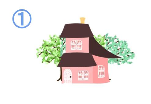 屋根が大きめな、2階建てのピンクの家