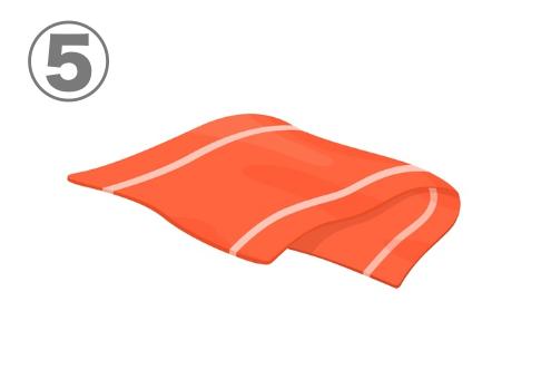 半分に折られた、白ラインのある赤いタオル
