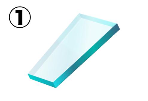 長方形に近い、少しすぼんだガラス片