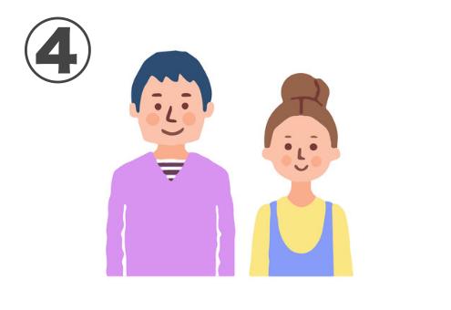ブルーアッシュヘア、紫のVネック、中にボーダーシャツの男性と、茶髪お団子ヘア、黄色トップスにブルーの重ね着ワンピースの女性の若い夫婦