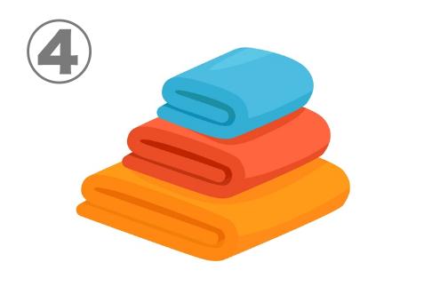オレンジ、赤、水色の、畳んで重なった大中小のタオル