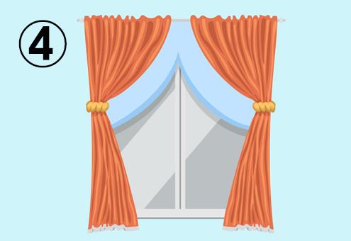 オレンジと水色ののカーテンがついた窓