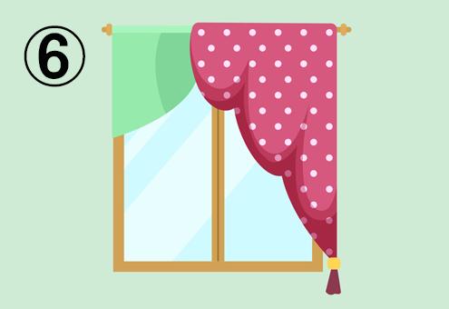左側は短い緑、右側は長いドット柄ピンクカーテンの窓