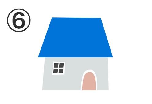 青い屋根、ブルーグレーの壁、ベージュのドアの家