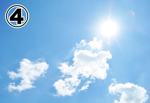 太陽と白い雲がある淡い青の空