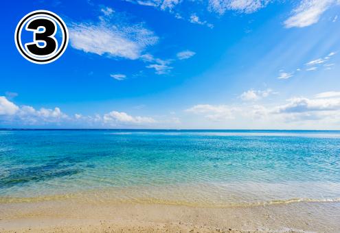砂浜と海の上に広がる、グラデーションの空