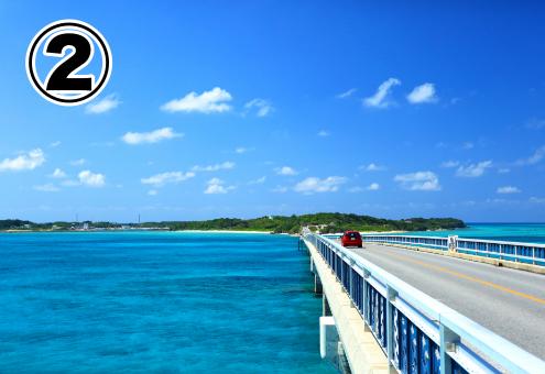 島に伸びる橋と青い空