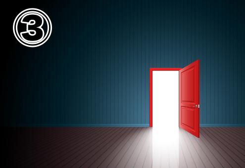 ターコイズの壁、フローリングの床の先にある赤い扉の出口