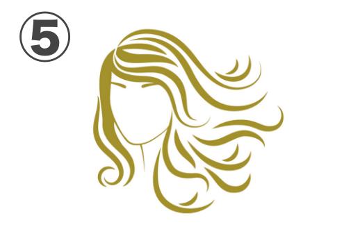 横になびく金のミディアムヘアの女性