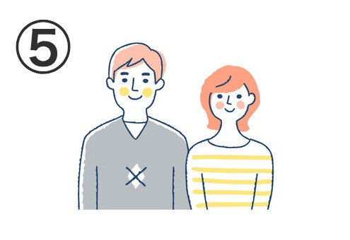 グレーのアーガイルトップスを着た茶髪男性と、黄色と白のボーダーTを着たオレンジボブヘアの女性