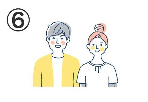 白Tに黄色アウター、グレー髪の男性と、白トップスにお団子ヘアの女性