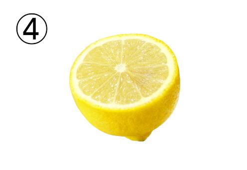 半分に輪切りにしたレモン
