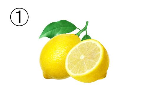 葉と茎のついたレモンと、半分に輪切りにしたレモン
